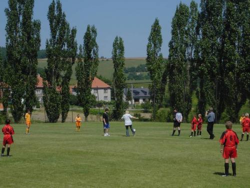 Slavnostní fotbalový výkop starostkou obce Miroslavou Náplavovou