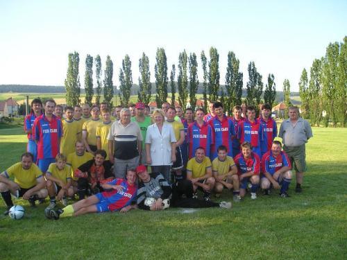 Družební fotbalové týmy:Medlovjáci sestarostkou + ležícím-hrajícím místostarostou aMedlovčáci sestarostou.